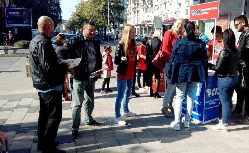 Активисти и кандидати Социјалистичке партије са грађанима Бијељине